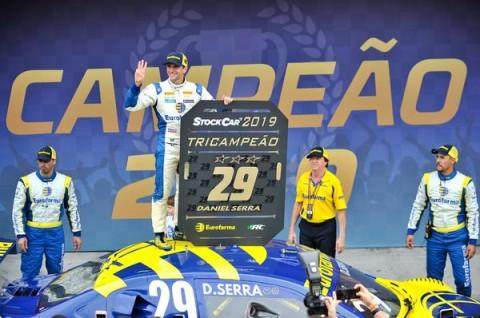 Daniel Serra fatura o tricampeonato da Stock Car